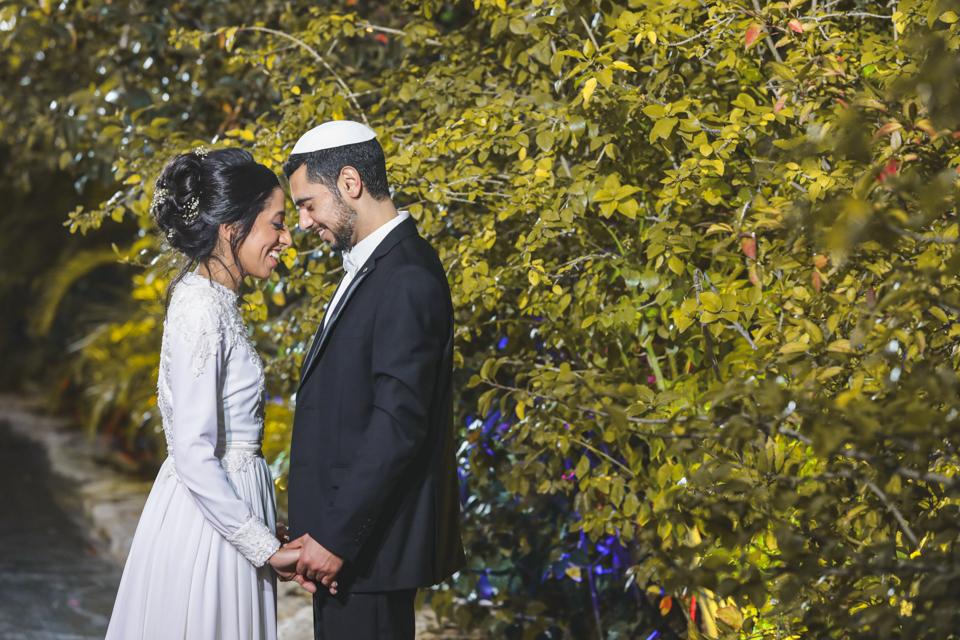 צילומי החתן והכלה לאחר חדר ייחוד, הם הצילומים הראשונים שלהם כזוג נשוי. רצוי להקדיש זמן של כ25 דקות לצילומי הזוגיות שכן זו המזכרת המשותפת והיחידה שלהם יחד כחתן וכלה.
