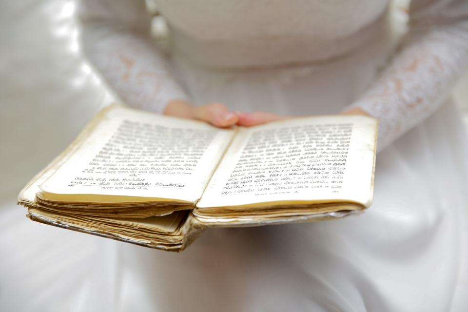 """בחתונה הדתית הכלה יושבת בכיסא כלה ומאחר וזוהי """"שעת רצון"""", הכלה מקבלת את האורחות, מברכת אותן וקוראת את """"ברכת הכלה"""" . לכיסא הכלה, מגיע החתן לכסות את פניה בהינומה ומשם, כל אחד בתורו צועד לעבר החופה."""