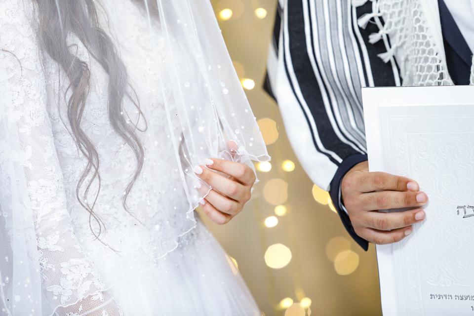 החופה בחתונה הדתית היא פסגת השיא של החתונה. על הצלם לתת תשומת לב והתייחסות לסדר ולמנהגים השונים של כל עדה וזרם מהמגזר הדתי. הצילום קורה כאן ועכשיו ואין מקום לטייק 2...