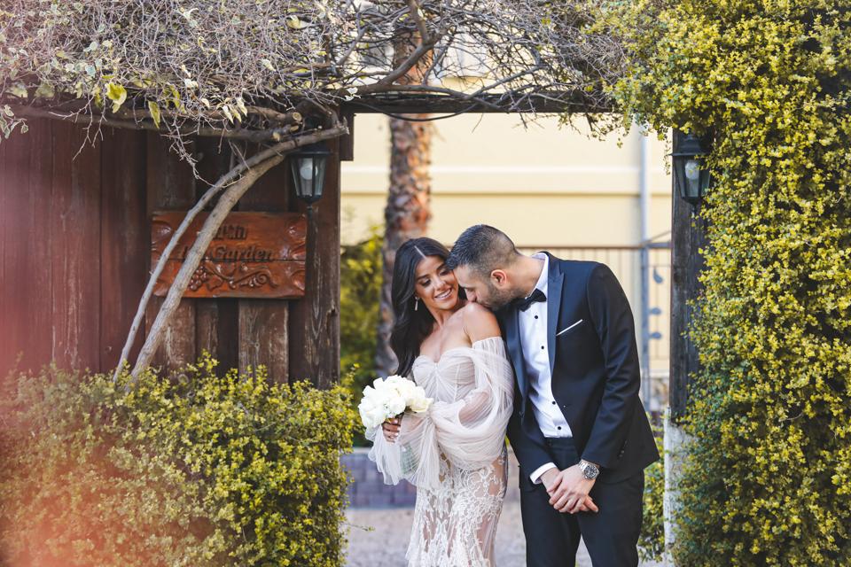 שנהב ונתי היפים והמקסימים, הצטלמו בשכונה קסומה בדרום תל אביב והתחתנו בAVENUE, מסיבת השנה. מזל טוב.